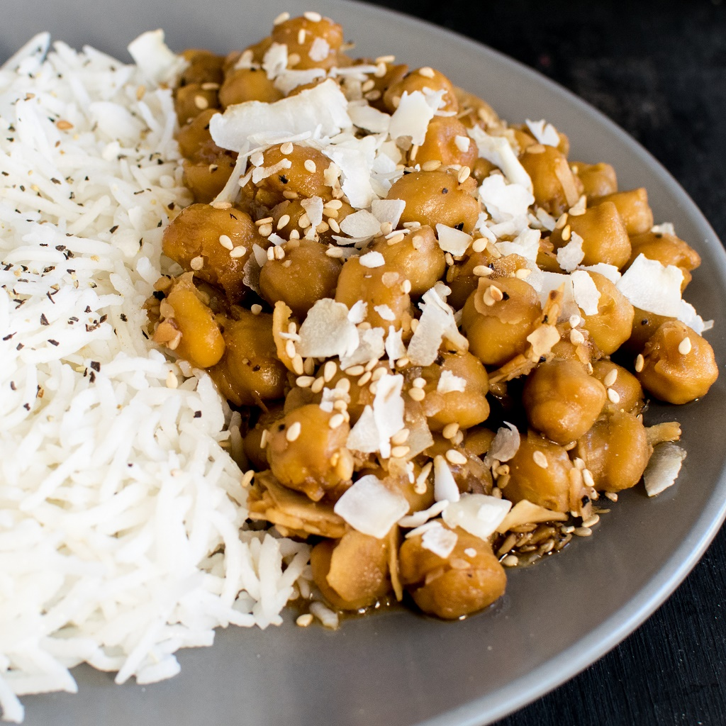 Garlicky Sesame Chickpeas with Coconut - 15 minutes vegan and gluten free entree tastes best when paired with steamed rice | kiipfit.com